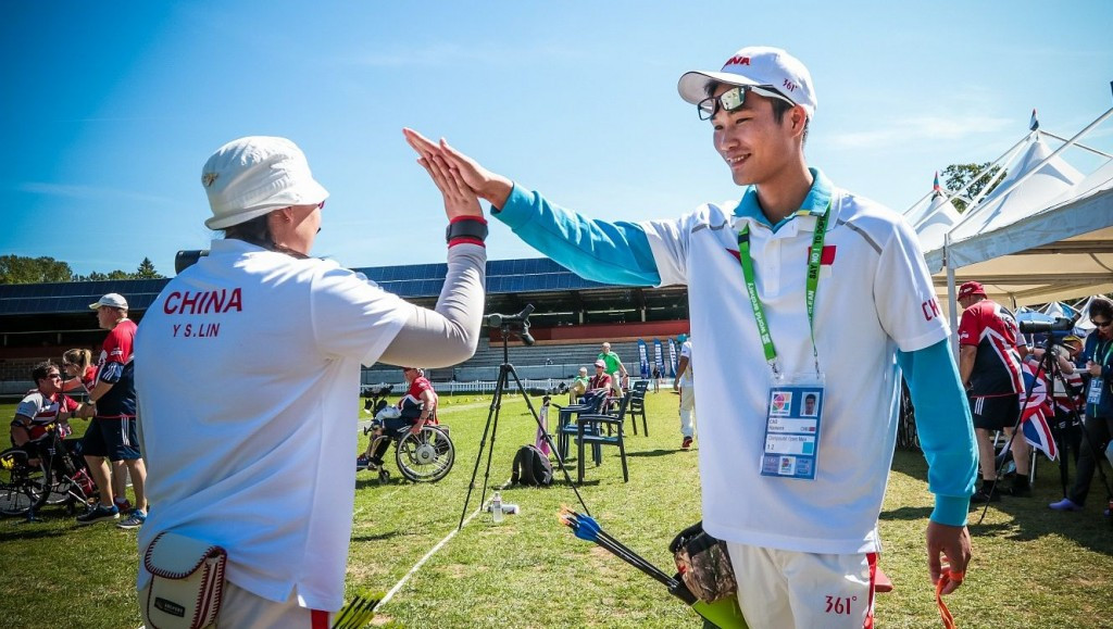 Lin Yueshan and Cao Hanwen celebrate breaking the world record ©World Archery