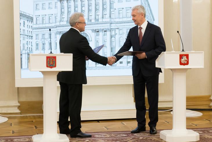 Acting Krasnoyarsk Governor Alexander Uss, left, and Moscow Mayor Sergey Sobyanin, right, have signed a cooperation agreement for Krasnoyarsk 2019 ©Government of the Krasnoyarsk region