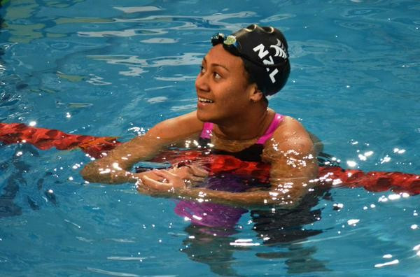 Gabrielle Fa'Amausili set a world junior record on her way to winning gold in the women's 50m backstroke ©Swimming World/Twitter