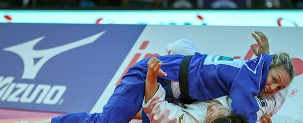 Sally Conway defeats Japan's world number one Chisuru Arai in the under 70kg final to become the first British woman judoka to win a Paris Grand Slam title since 1997 ©IJF