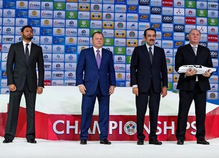IJF President Marius Vizer and Kazakhstan's Prime Minister Karim Massimov handed the IJF flag to 2017 hosts Budapest ©IJF