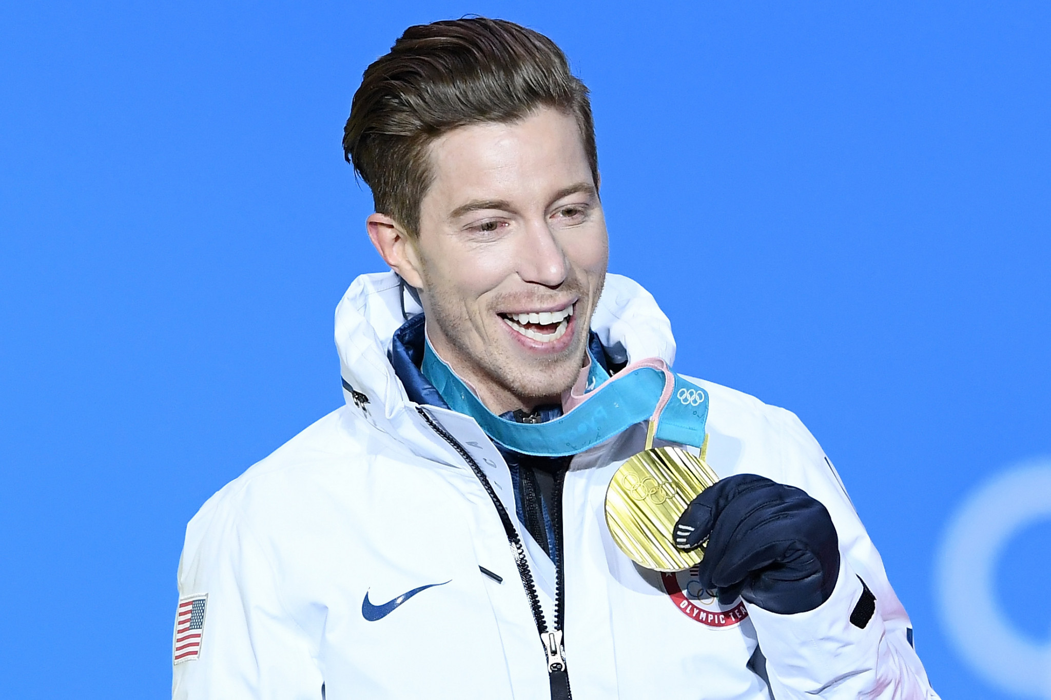 Shaun White celebrates his halfpipe snowboard gold medal ©Getty Images