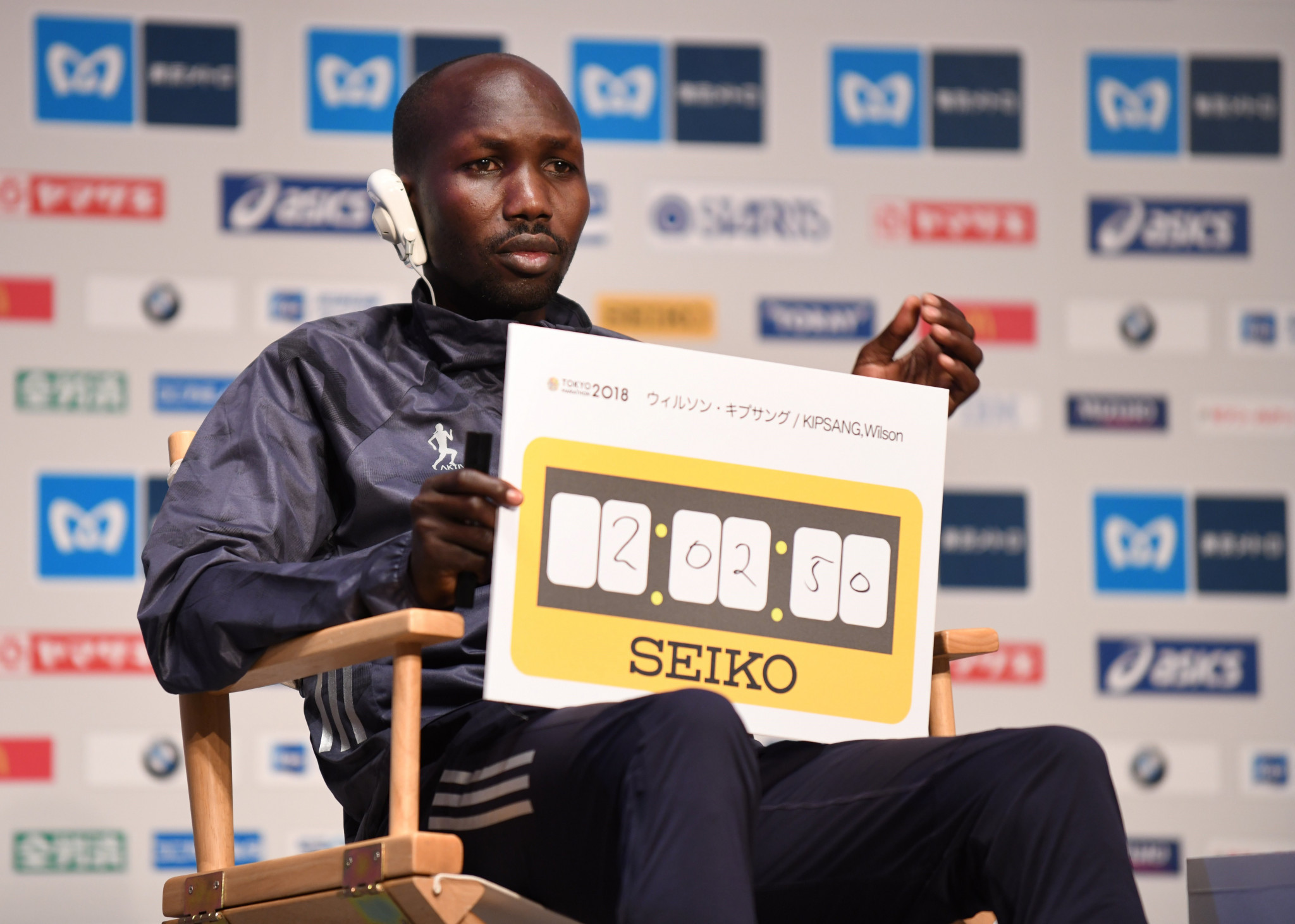Defending Tokyo Marathon champion Wilson Kipsang displays his target time for tomorrow's race ©Getty Images