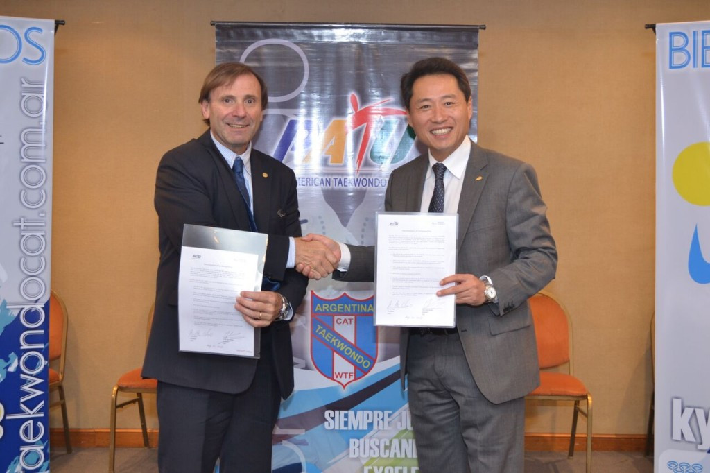 Jose Luis Campo, left, and  Jiho Choi, right, signed the agreement to promote para-taekwondo ©WTF