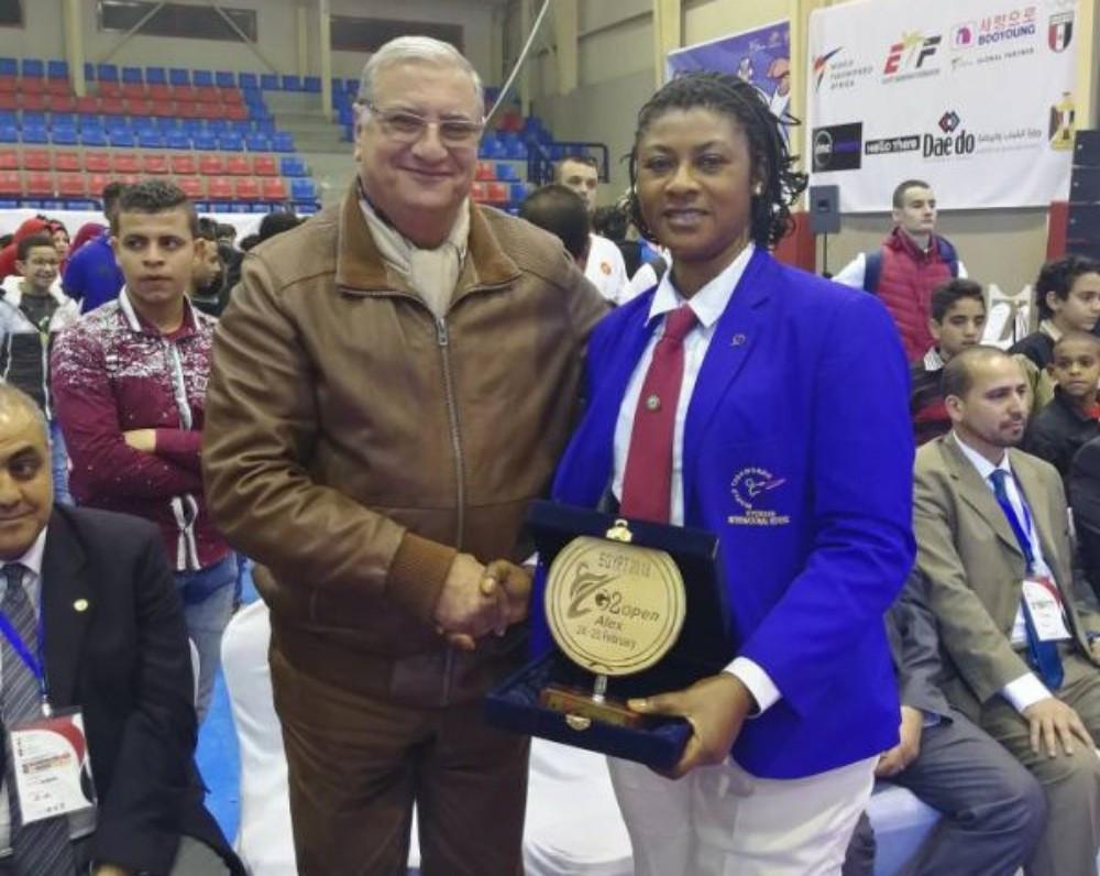 African Taekwondo Union President Ahmed Fouly presented Margaret Binga with the award ©NTF